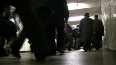 Por trás da multidão indo no corredor do metrô. baixa visão — Vídeo Stock