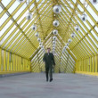 Vidéo: Marching businessmen clones on bridge