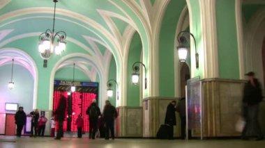 Tren istasyonunda kalabalık — Stok video