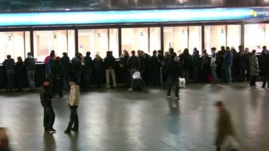 Nella sala del biglietto della stazione ferroviaria. lasso di tempo. — Video Stock