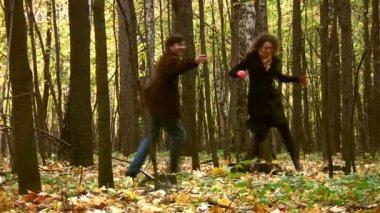 Coppia nel parco d'autunno — Video Stock