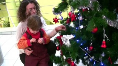 Mother with little girl watching christmas tree in shop — Stock Video
