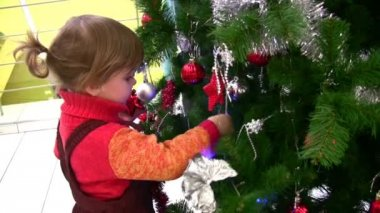 Little girl watching christmas tree in shop — Stock Video