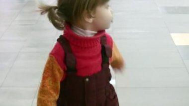 Küçük kız dükkanı yürüyüş — Stok video