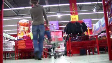 Moeder roteert kind in winkelwagen in winkel — Stockvideo