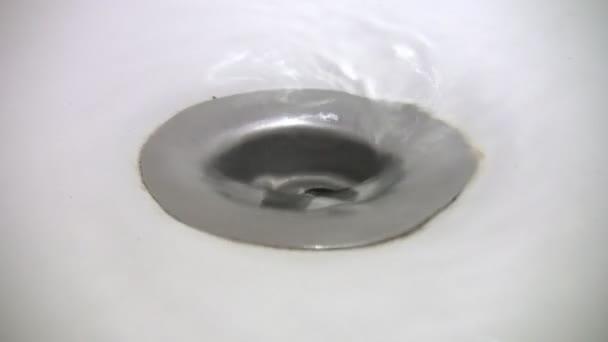 Extremo del embudo de agua en el baño — Vídeo de stock