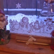 Meal prepares near by window with goblin and snowmen — Vídeo de stock