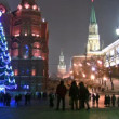 Christmas tree blazes lights on street in Moscow — Stock Video