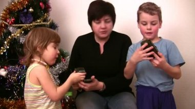 Woman with children consider toys near christmas tree — Stock Video