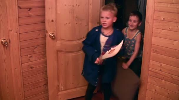 Jugar a tres niños en lucha, dos versiones — Vídeo de stock