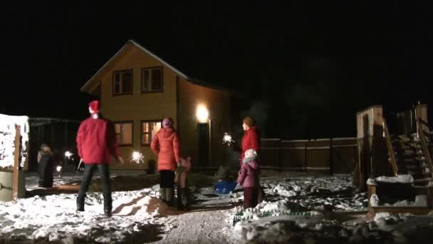 Famille de sept dans cour commence salute — Vidéo