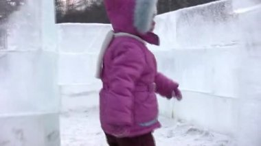 Small girl goes on icy labyrinth, blind alley — Stock Video