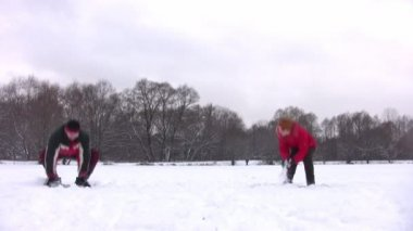 Couple playing snowball — Stock Video