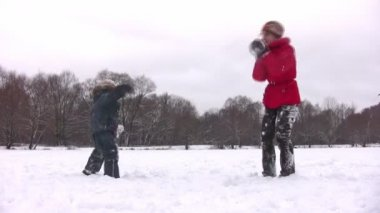 Mother with boy playing snowball — Stock Video