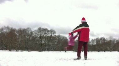 Father rotating little girl in christmas hats — Stock Video