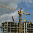 House building: a building and the crane against the sky — Stock Video
