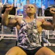 Bodybuilder exercising with weight in gym — Stock Video