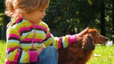 小女孩抚摸狗在公园特写 — 图库视频影像