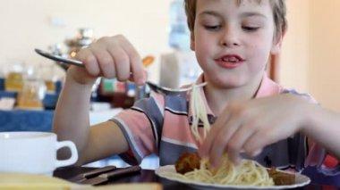 Pojke äter nudelsoppa — Stockvideo