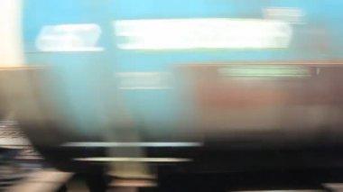 Rychle jedoucího vlaku s cisterny — Stock video