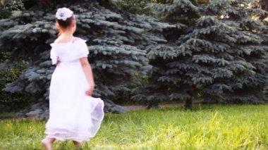 Ragazza in abito bianco camminare sull'erba — Video Stock