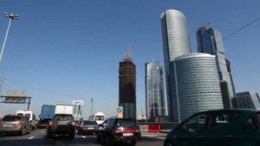 Timelapse rida förbi skyskrapor — Stockvideo