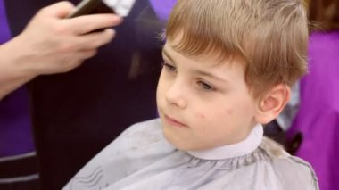Child clip hairs by razor — Stock Video
