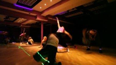 Flickor dansar och gör acrobaticks — Stockvideo