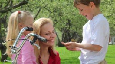 Familj har vårträdgård — Stockvideo