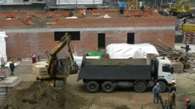 Builders work at construction site — Vídeo de stock