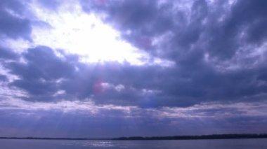 Nuvens negras sobre a água — Vídeo stock