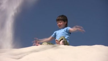Boy plays with the sand — Stock Video