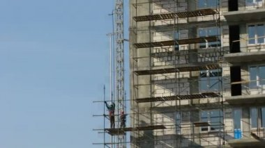 Builders erect scaffolding. Time lapse — Stock Video