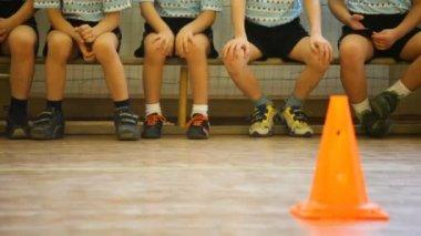 孩子们坐在体育馆里的长凳上 — 图库视频影像