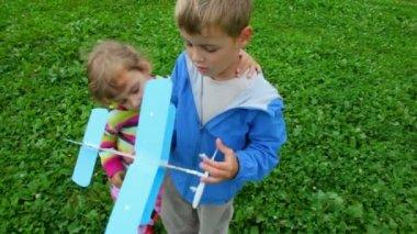小女孩和男孩玩玩具飞机 — 图库视频影像