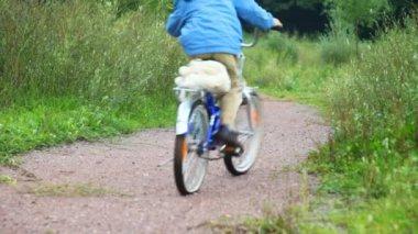 Garçon et homme monté sur vélos dans le parc, de la caméra — Vidéo