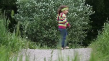 Little girl running from left to the right and backward several times — Stock Video