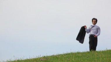 Przystojny mężczyzna bez butów działa na zielonej trawie, do aparatu — Wideo stockowe