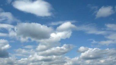 Na niebie chmury szaro biały pływak — Wideo stockowe