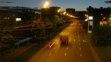 Rodovia numa cidade à noite — Vídeo Stock
