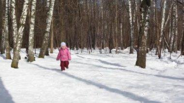 Mała dziewczynka biegnie w drewnie — Wideo stockowe