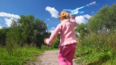 Oyuncak uçak, kamera ile çalışan küçük kız — Stok video