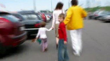 Família muda de lugar de estacionamento. lapso de tempo — Vídeo Stock