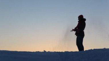 Silhouet van de vrouwen speelt met sneeuw — Stockvideo