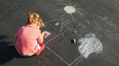 Little girl chalking on asphalt — Stock Video