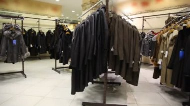 Fur coat shop, panning — Stockvideo