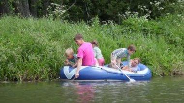 Família com 4 crianças em borracha de barco, pesca — Vídeo Stock