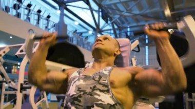 Bodybuilder training in gym — Stock Video