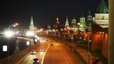 Cars go on road along the river and Kremlin towers in Moscow — Stock Video