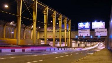 O vapor de carros conduz ao túnel. à noite. lapso de tempo — Vídeo Stock